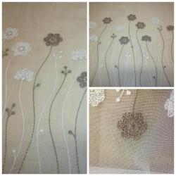 Záclona vyšívaná - hnědé kvítky